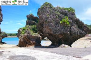 丸い穴の岩