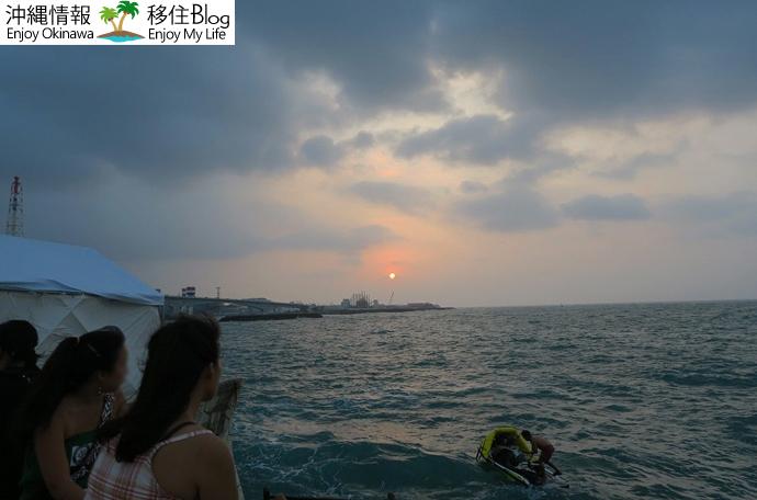 海と夕日を見ながらビール